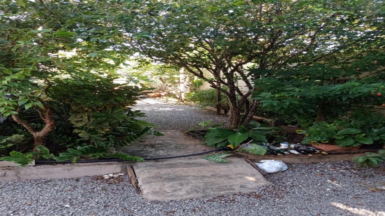 Casa com três quartos no Parque Universitário d
