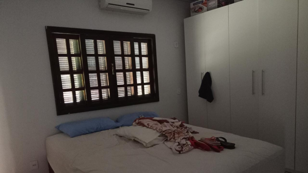 Casa com três quartos no Parque Universitário m