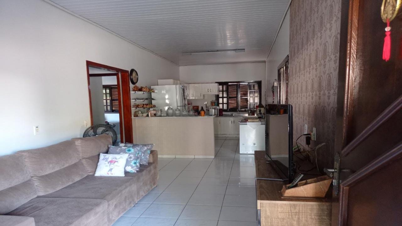 Casa com três quartos no Parque Universitário R