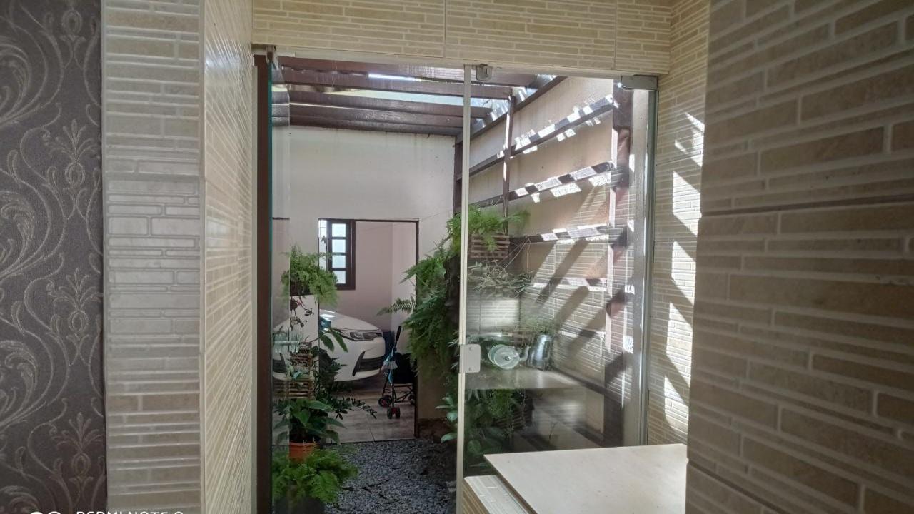 Casa com três quartos no Parque Universitário U
